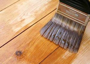 Rebarnizado de madera con brocha