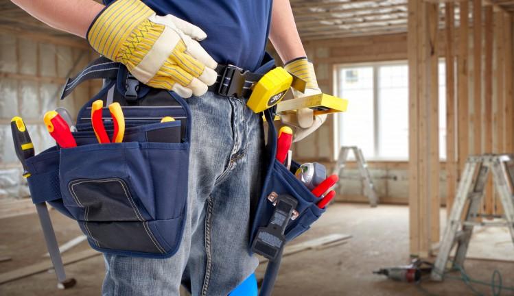 Bricolador con herramientas preparado para la acción